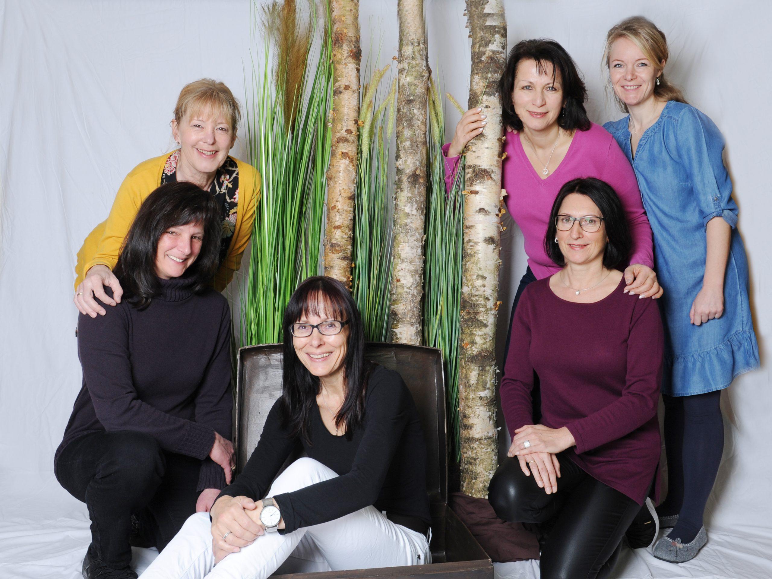 v.l.n.r.: Helmy Sailer Klug (stehend), Angi Schmid, Ute Stoll, Martina Wagner, Renate Bezel (stehend) und Marion Sewald (stehend)